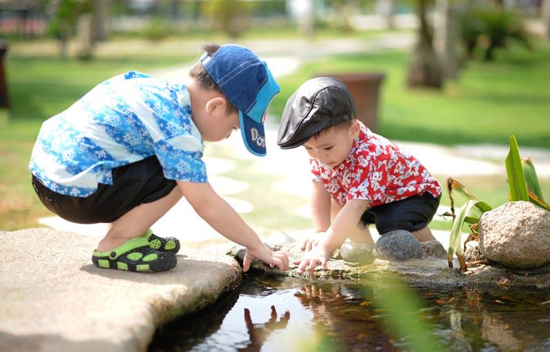 valores, niños ayudándose